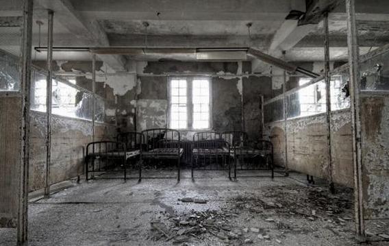 news_inside_abandoned_insane_asylum_14