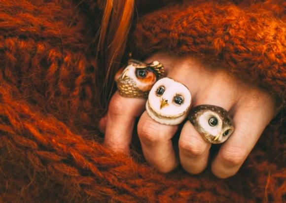 複数つけると猛禽に守られている感がする。タイのジュエリーブランドから、ファンタジーなフクロウの指輪が発売中