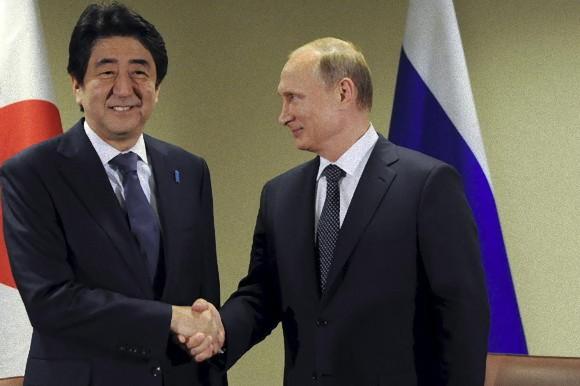 大事な交渉テーブルの席に遅れてきちゃったものの、この「小走り」効果が功を奏したのか、プーチンは笑顔で安倍首相と握手をかわしたそうだが、果たしてプーチンの信頼