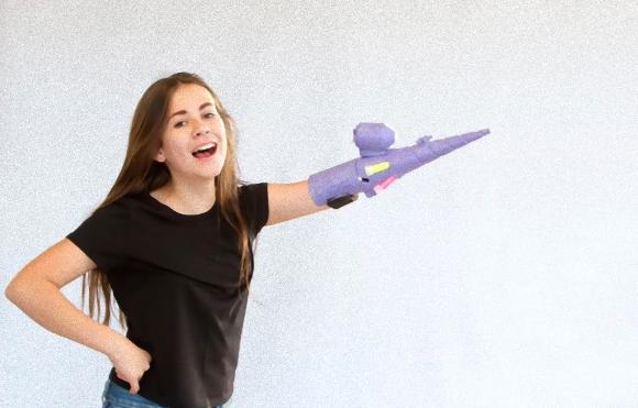 自分の特性を文字通り武器に!義手をラメ噴射銃に改造した13歳の少女(アメリカ)