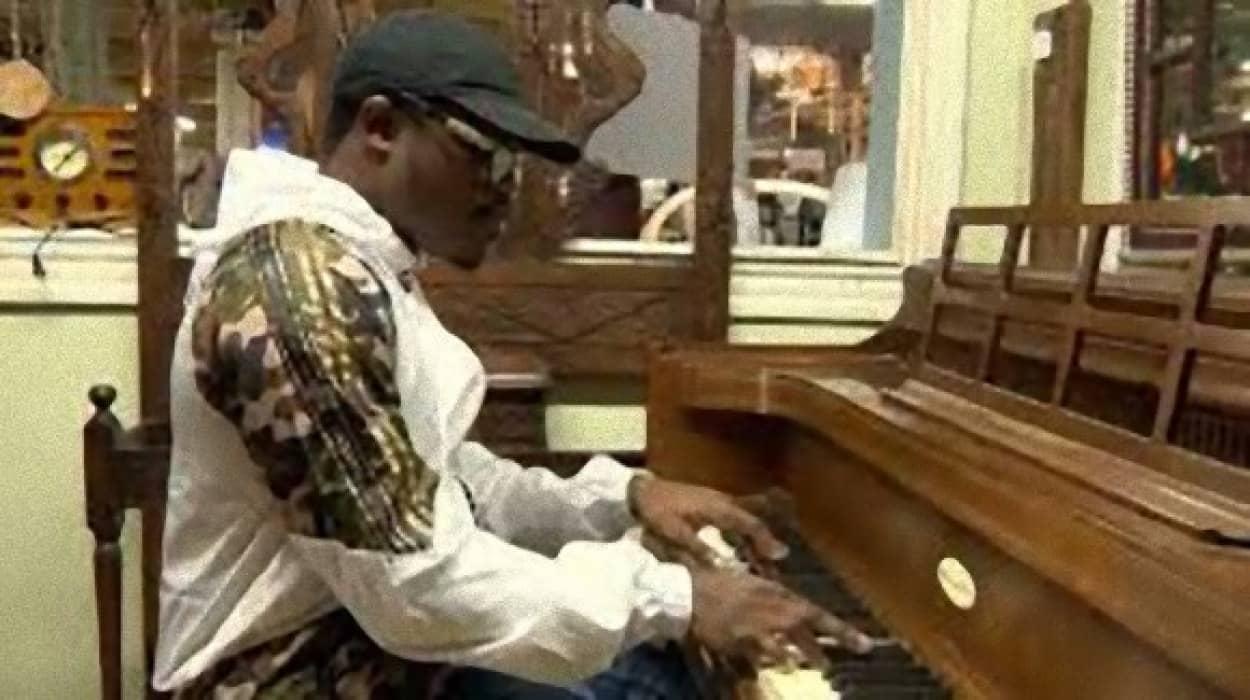 男性客の演奏が素晴らしすぎてピアノをプレゼント