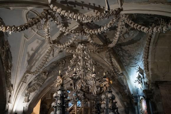 1万人の人骨で装飾され4万人の遺骨を保管している「セドレツ納骨堂」に関する驚くべき7つの事実
