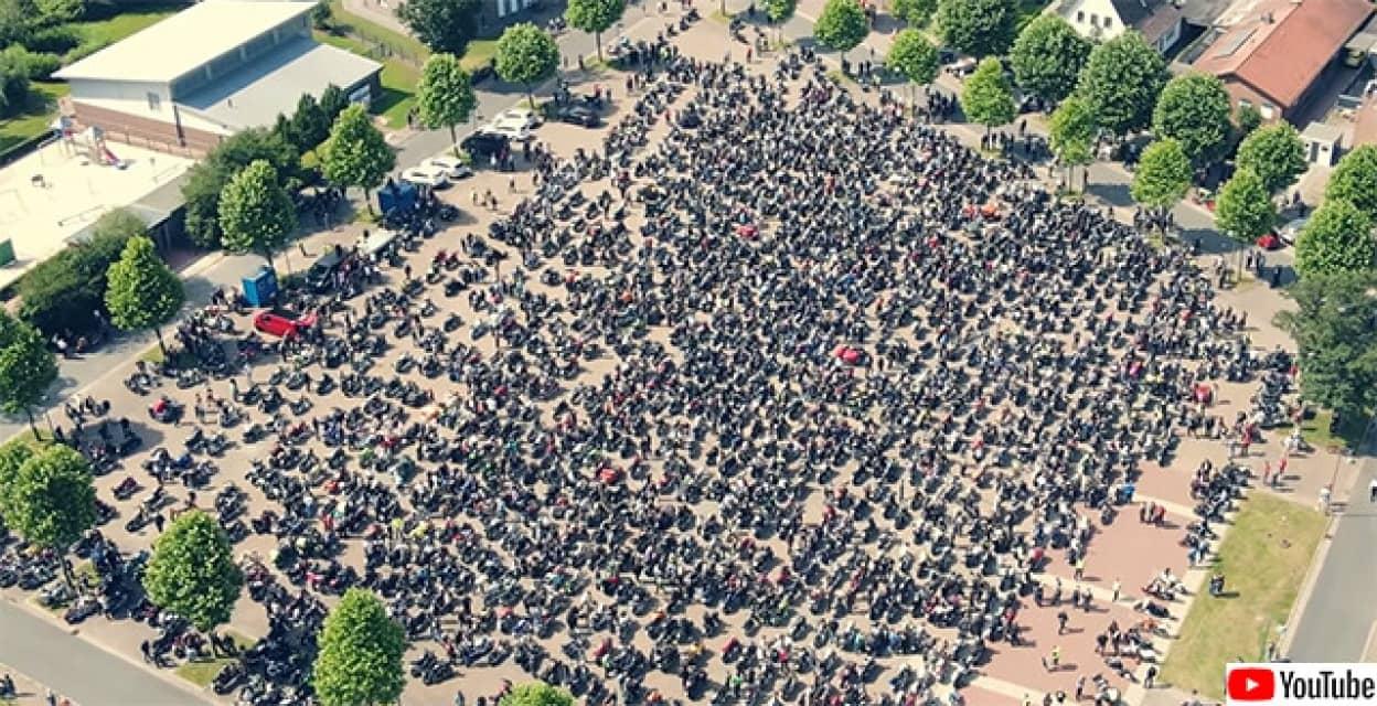 白血病の子供を励ますため、15000人のバイカーが終結、家の前を行進する