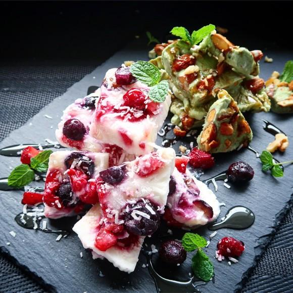 ヨーグルトに好きなモノを入れて凍らせるだけ。簡単ヘルシーおいしい楽しいアイス「ヨーグルトバーク」の作り方【ネトメシ】
