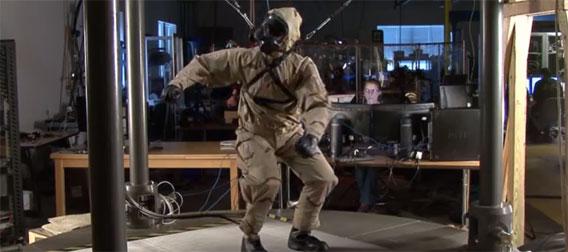 やばいかなり人っぽい!DARPA出資の人型ロボット「ペットマン」が防護服を身にまとう