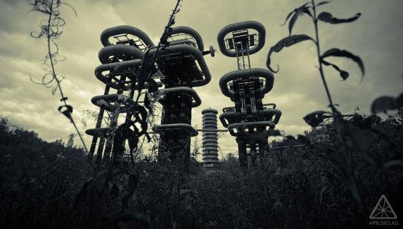 SFの世界そのまんまやないか!旧ソ連の極秘放電実験施設「テスラタワー」をドローンで空撮