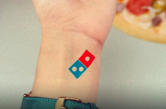 ドミノピザのロゴのタトゥーを入れればピザが100年無料キャンペーン!応募者が殺到してわずか5日間で終了(ロシア)