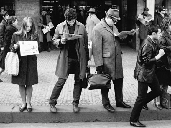 現代人のどこでもスマホが問題視されているけど、過去人のどこでも新聞も相当すごかった