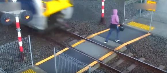 踏切を強行突破するニュージーランドの人々