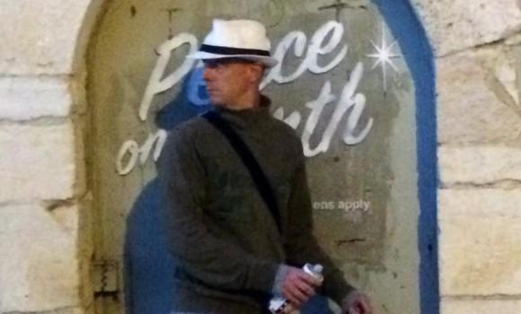 正体不明とされていた覆面アーティスト「バンクシー」の姿がついに明らかに?旅行者の写真に作品を描く姿が!?