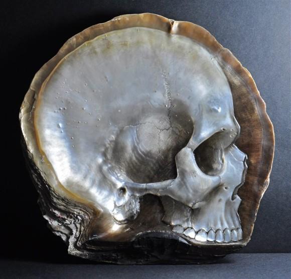 黒蝶貝の貝殻を使って完璧なまでの質感をだしたドクロ彫刻