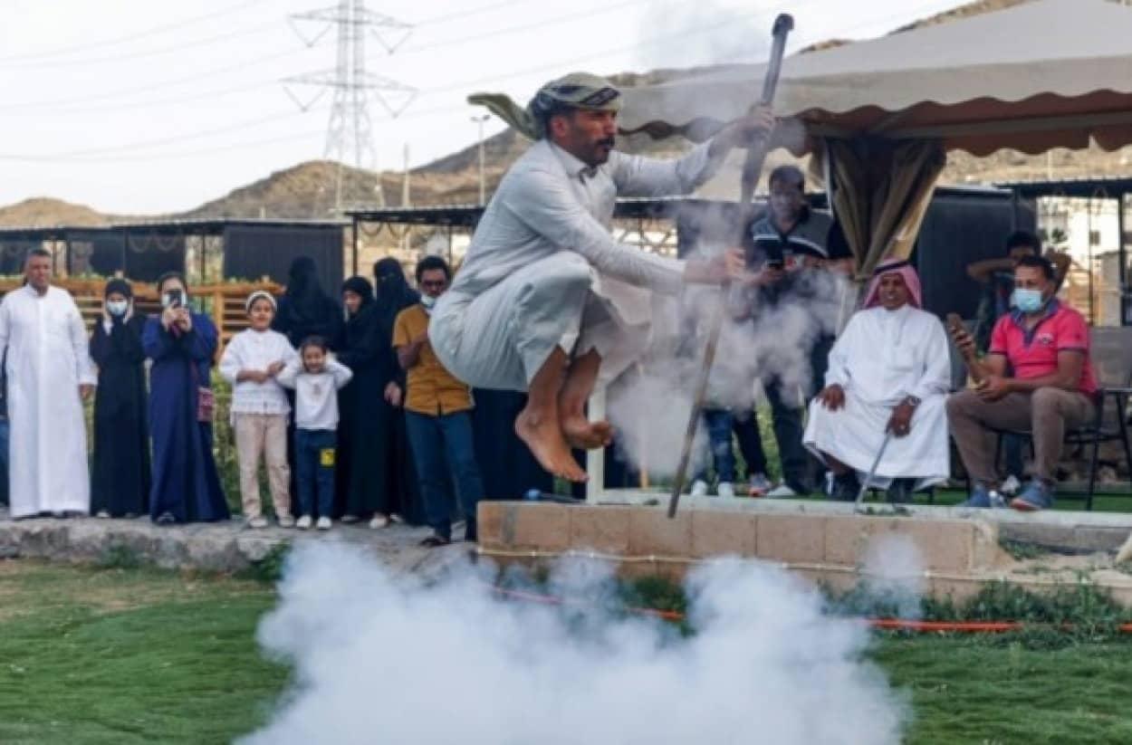 銃を撃ちながら舞うサウジアラビアの伝統舞踊、ウォーダンスcover_e
