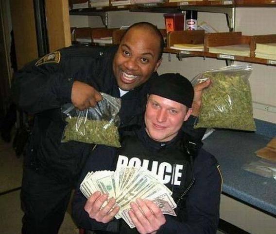1331579685_the_unique_lives_of_cops_640_32