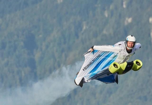 鳥だ!飛行機だ!ムササビ人間だ!上昇可能な電動ウイングスーツが初飛行に成功(BMWi)