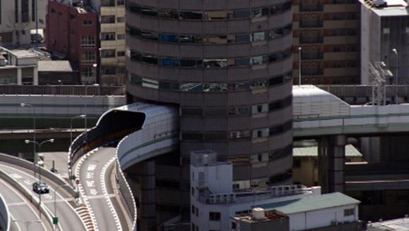 日本って未来に生きてるよな。大阪にあるビルを貫通する高速道路に関する海外の反応