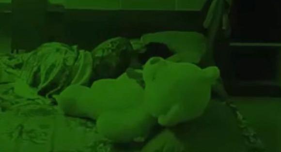 暗視カメラがとらえたパラノーマルアクティビティ。寝ている女性に覆いかぶさるテディベアのぬいぐるみ(インド)