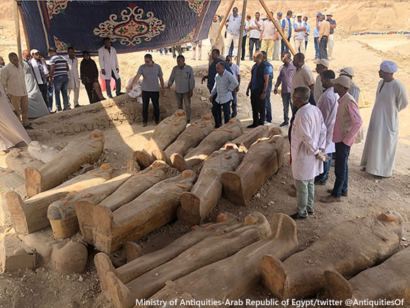 エジプトで30の棺が発見され、その封印がとかれる。3000年の月日を経ても見事な装飾は残されたまま