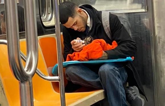 男性が小さな哺乳瓶で野良の子猫にミルクを。ニューヨークの地下鉄車内で見かけたやさしい世界(アメリカ)