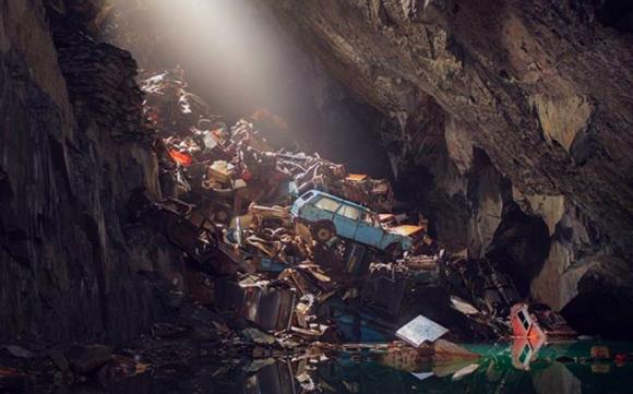 イギリスの山中にある「失われた魂の洞窟」は自動車の墓場となっていた