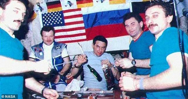 国際宇宙ステーションにアルコールを持ち込む宇宙飛行士