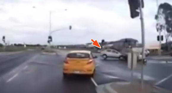 テレポーテ―ション?ゴーストカー?交差点に突如出現した車にトラックが衝突(オーストラリア)