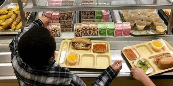 子供の給食費を払わない親たちへの措置として、学校側が子供らにプロムや課外活動参加禁止を発表(アメリカ)