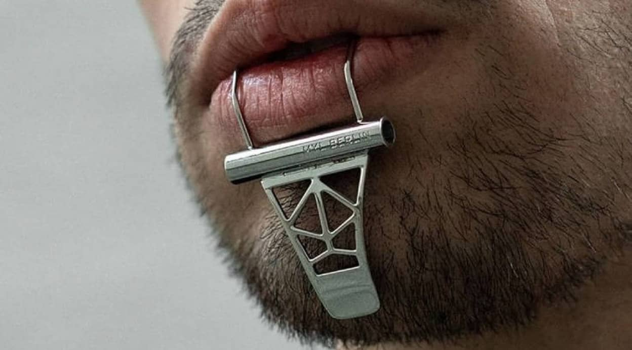 唇にひっかけるタイプの顎用アクセサリー