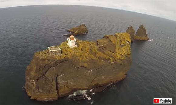 ゾンビから逃れるのに最適な場所かも?アイスランドの絶海に浮かぶ孤島の灯台