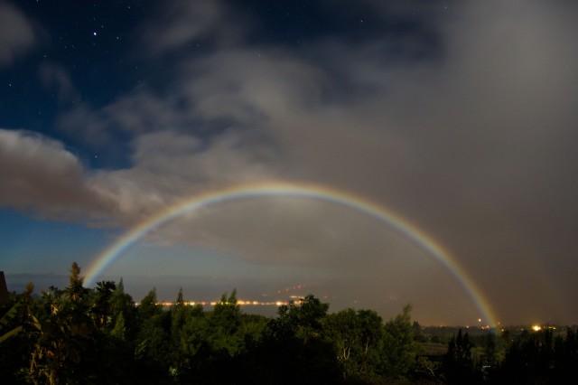 Moonbow,_Kula,_Hawaii._e