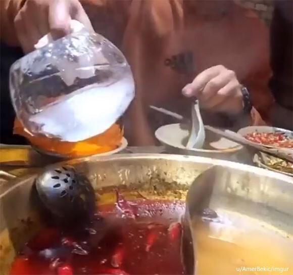 氷を入れてついたらパカッ!鍋に浮いた油を氷を使って取る方法【ライフハック】