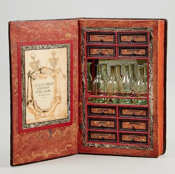 本の中には毒草や瓶がいっぱい!秘密の暗殺キットのようなミステリアスな隠し本が販売中