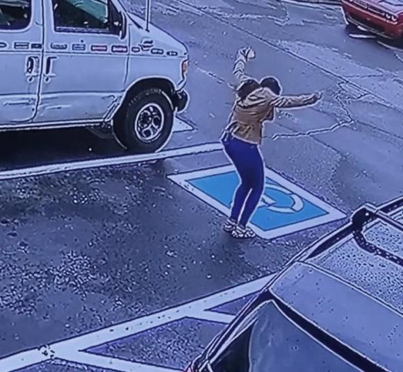 本当にうれしい時人は踊る。仕事が決まったホームレス女性の歓喜する姿が監視カメラに捉えられる(アメリカ)