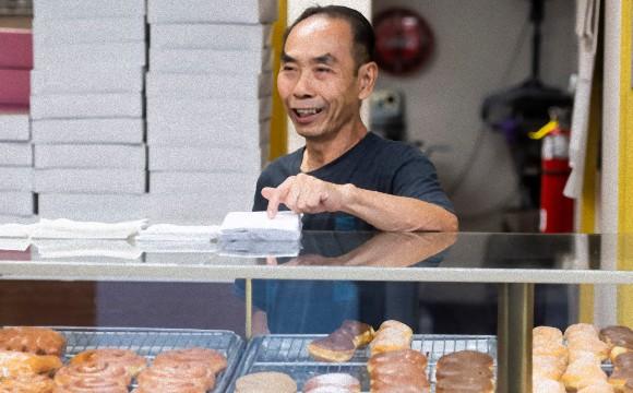 ドーナツ屋店主が早く病気の妻に会いに行けるように。すぐ売り切れになるようドーナツを買い込む顧客たちの連携プレイ
