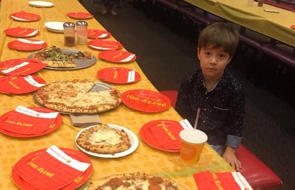 6歳の誕生日パーティーに30人の友達を招待したのに1人もこなかった。SNSで少年の絶望を知り救世主が続々と