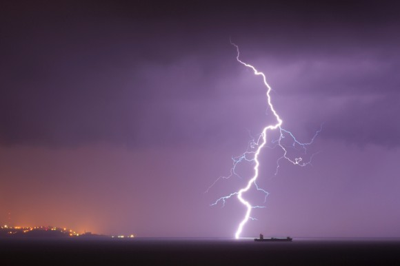 貨物船が海で雷を作り出していたことが判明(米研究)