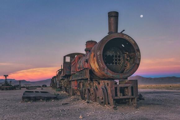 スチームパンクな香り漂う、ボリビアにある列車の墓場