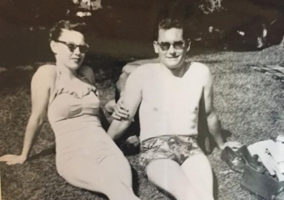 背後に誰かいる・・・のか!?祖父と祖母のツーショット写真に写りこんだ謎の手