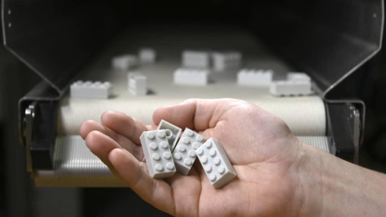 使用済みペットボトルからレゴブロックを試作