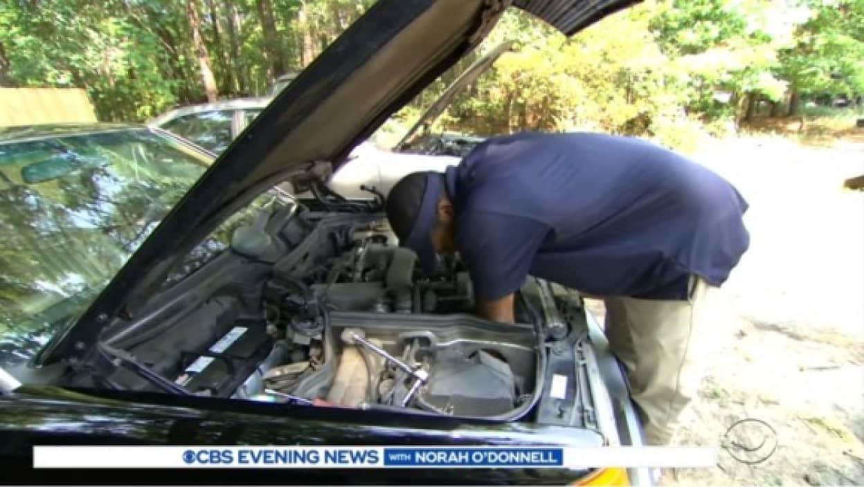 困っている人の為に古い車を修理し無償で届ける男性