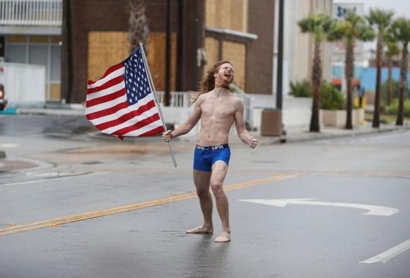 あまりにもポジティブにハリケーンを迎え入れすぎ。パンイチで星条旗を持ちヘドバンする男性が現れる(アメリカ)