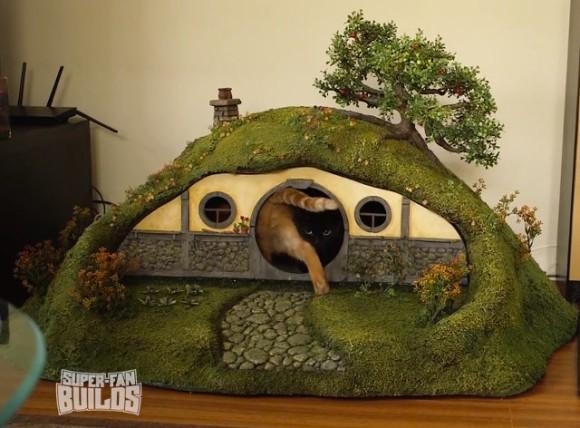 猫じゃなくてもまっしぐら!映画「ロード・オブ・ザ・リング」の舞台を完全再現したホビットの家型猫トイレと冥王サウロン暗黒の塔仕様の爪研ぎ