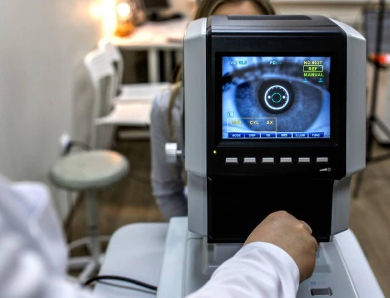 人工網膜から脳インプラントに情報を送り映像化することで、盲目の女性が文字を認識することに成功