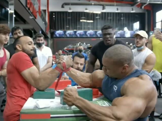 世界最強のパワービルダーと腕相撲対決