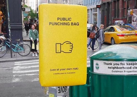 むしゃくしゃしてたらこれを殴って!通行人のストレス解消の為にニューヨークの街中に設置された公共用サンドバッグ