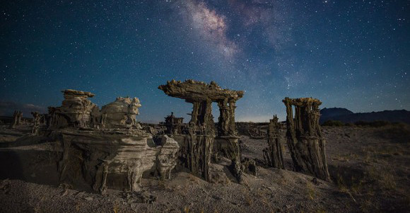 これが地球?SF的異世界が展開されているトゥファ(炭酸塩堆積物)のある光景