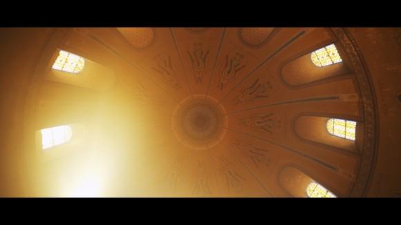 ドローン撮影のプロによる、古い教会の内部の美しい動画