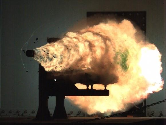 アメリカ海軍の上層部が高ステルス性をもつ新型ミサイル駆逐艦への電磁レールガン搭載を推し進めているようだ。これによって戦艦に積まれたパワープラントの出力を