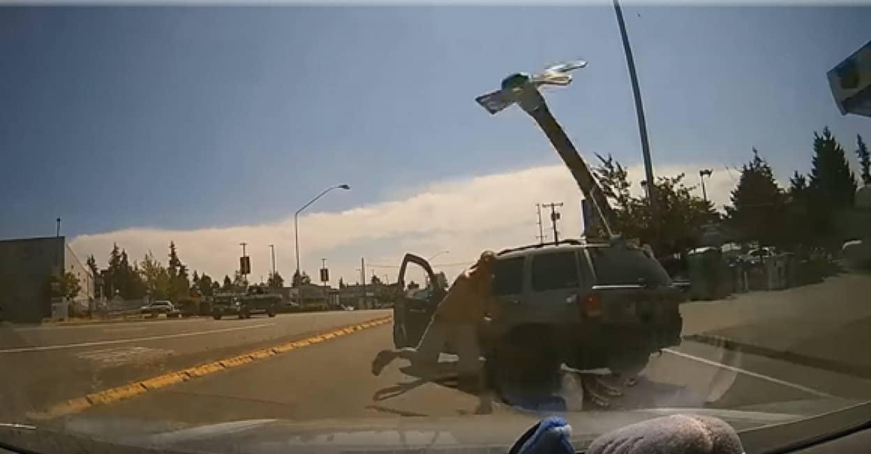 アメリカの煽り運転怖い。煽ったドライバーがハンマーを投げフロントガラスを粉砕