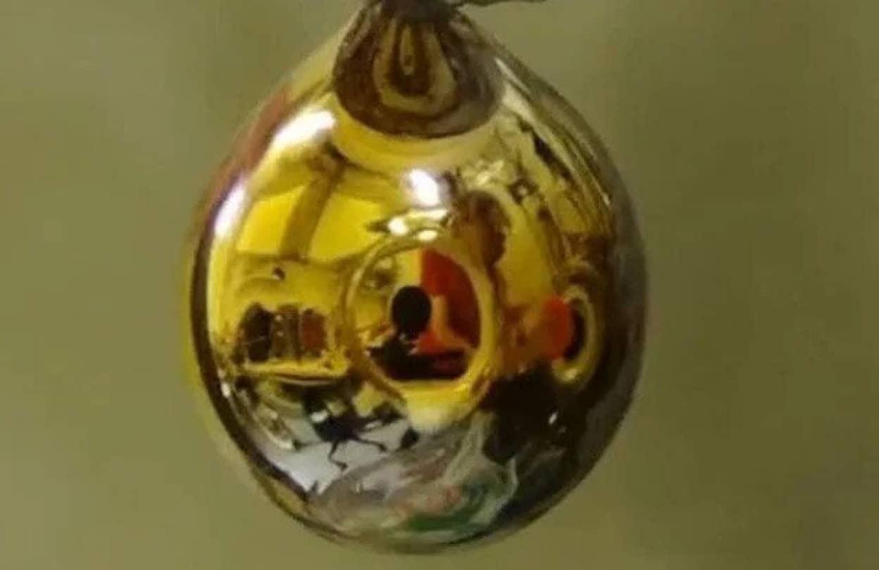 自ら金色に輝く液体金属を生成することに成功