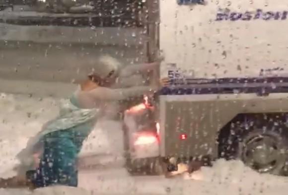 猛吹雪の中でレリゴー!「アナと雪の女王」のエルサ(男)が警察車両を救おうと奮闘する姿がとらえられる